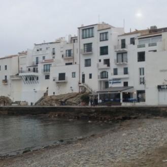 Casas al lado del mar en Cadaqués.