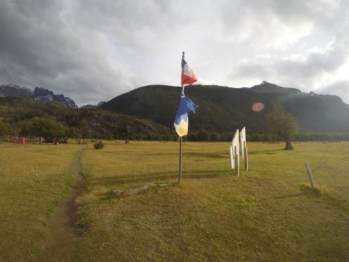 Banderas en el campamento. Llegamos para el atardecer.